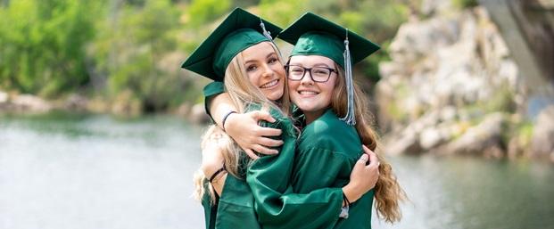 Studenter som kramar varandra vid graduation