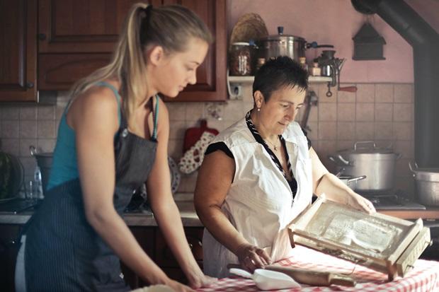 Udvekslingselev bager med sin værtsfamilie