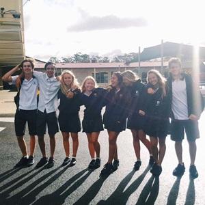 Vaihto-oppilaat amerikkalaisen koulun pihalla