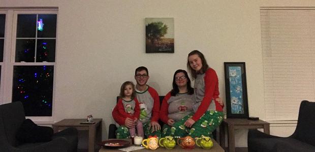 Vaihto-oppilas isäntäperheen kanssa jouluaattona