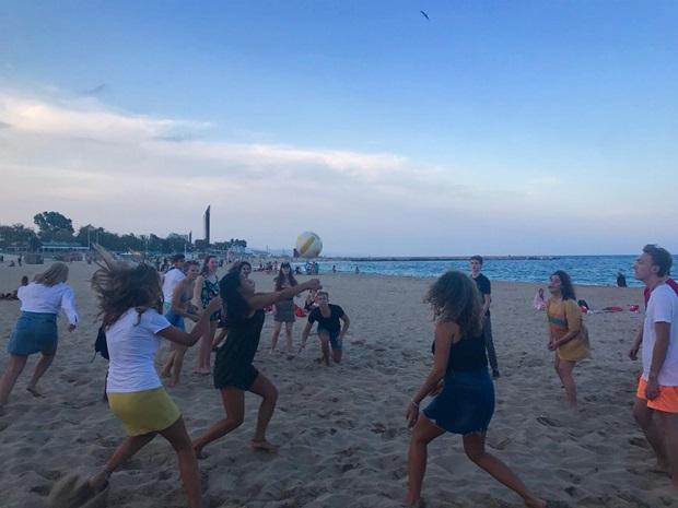 Vaihtarit pelaamassa rantapalloa