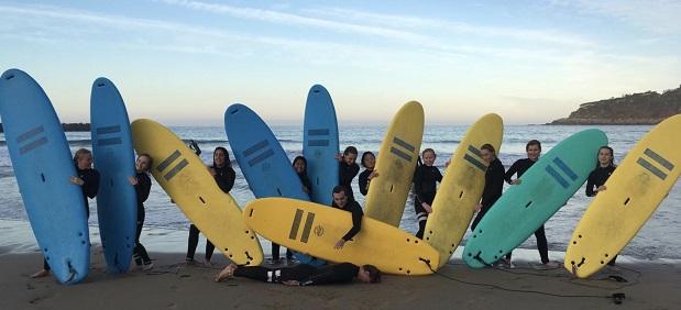 Vaihto-oppilaat surffilautoinen rannalla San Sebastianissa