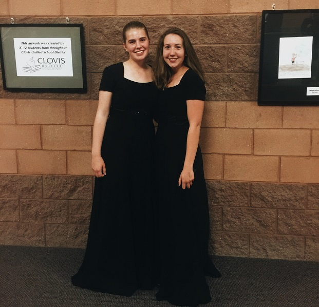 Vaihto-oppilas ja koulukaveri kuoron konsertissa
