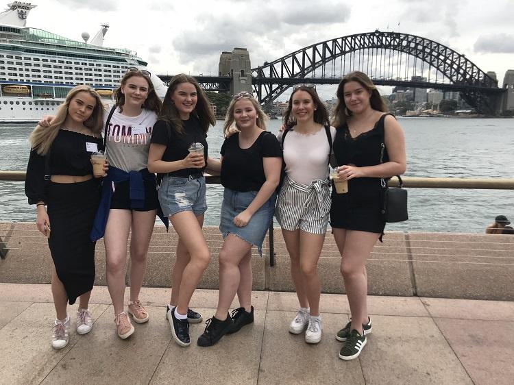 Vaihtarit poseeraamassa Sydneyn Harbour Bridgen edessä