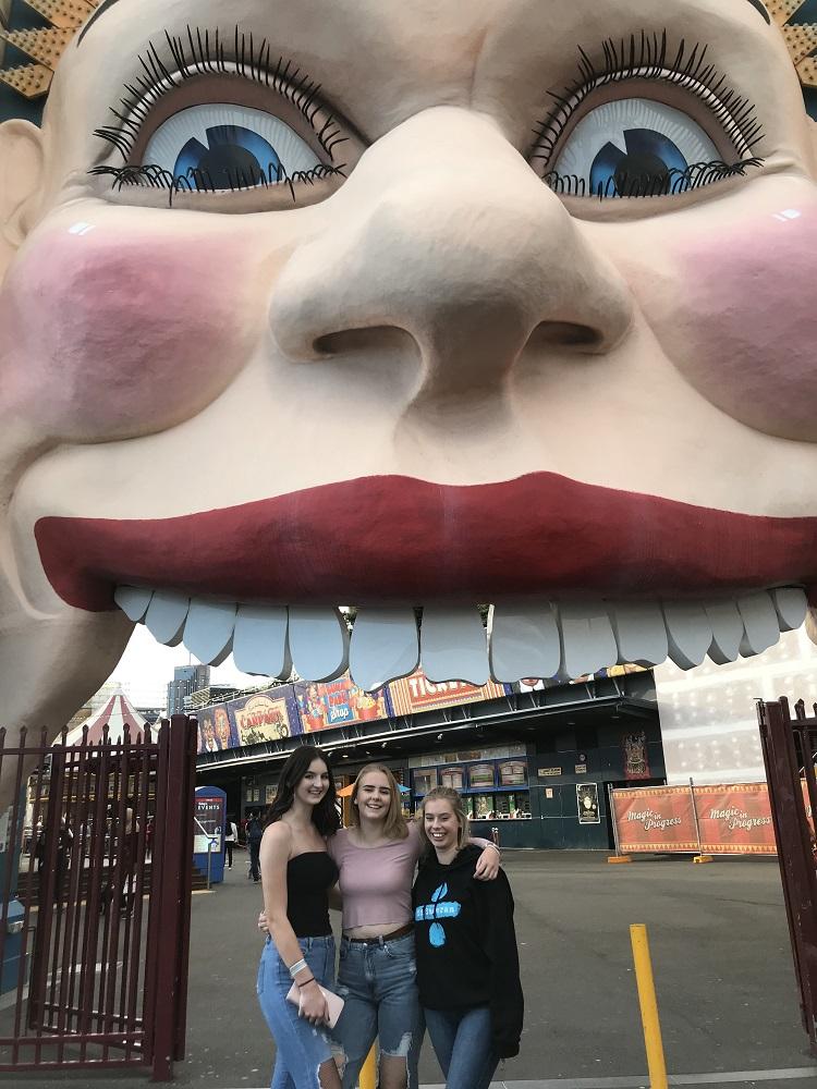 Vaihto-oppilas kavereiden kanssa karnevaaleissa