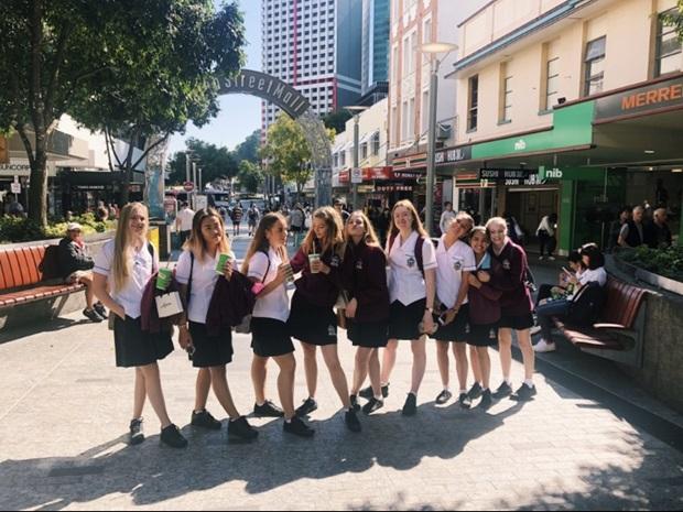 Australialaisia koulupukuja