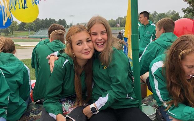 Vaihto-oppilaat cross country teamin kanssa Homecomingissa