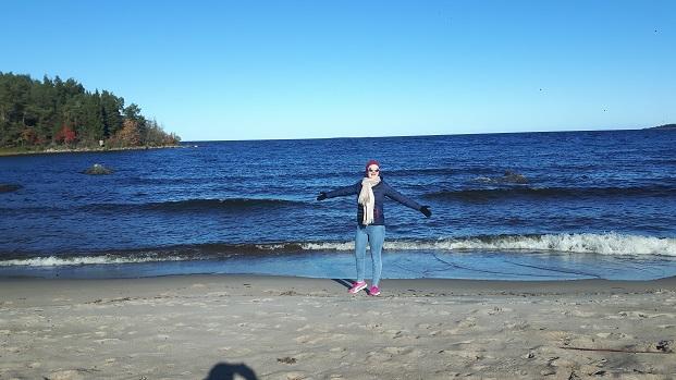 Vaihto-oppilas meren rannalla Ruotsissa syksyaikaan
