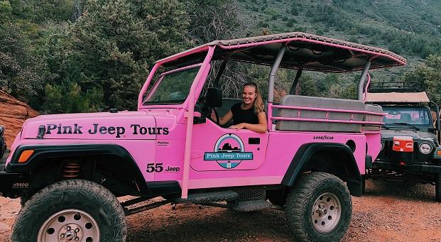 Vaihto-oppilas vaaleanpunaisessa jeepissä