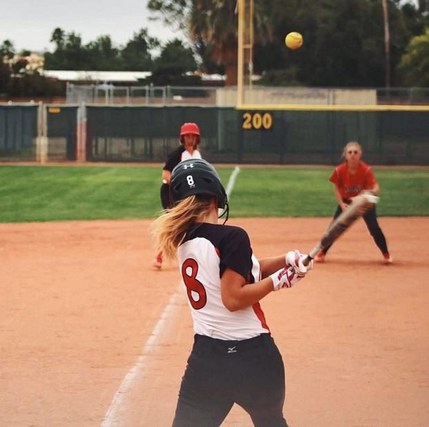 Vaihto-oppilas pelaamassa softballia