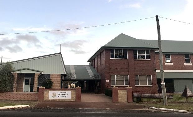 Koulun pääsisäänkäynti Australiassa
