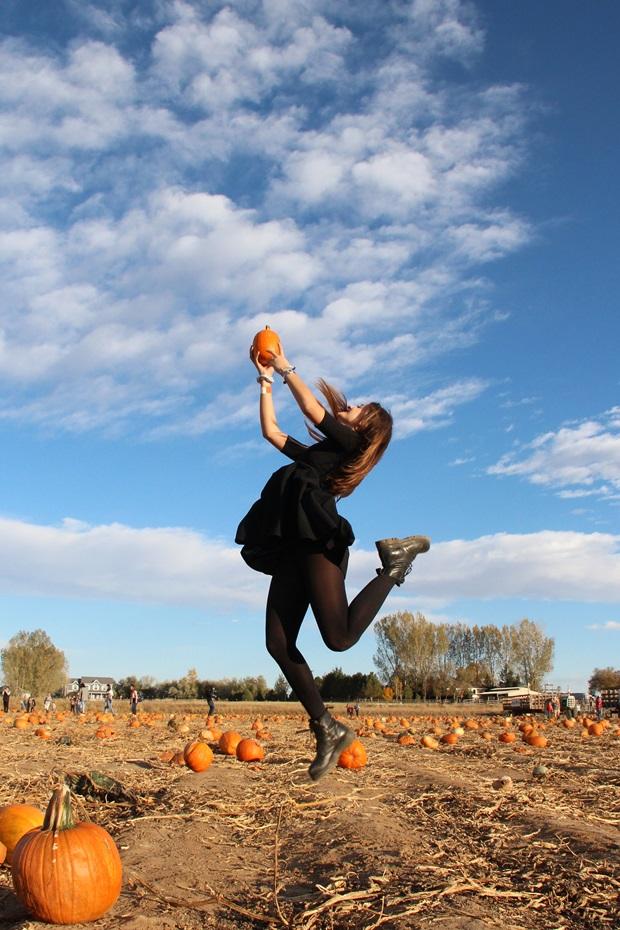 Iolanda in un campo di zucche durante Halloween