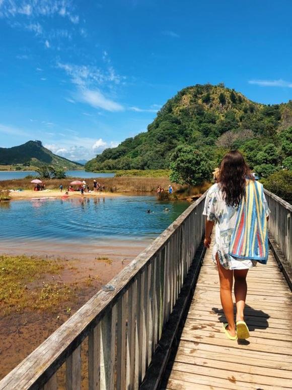Astrid går på bro i New Zealand