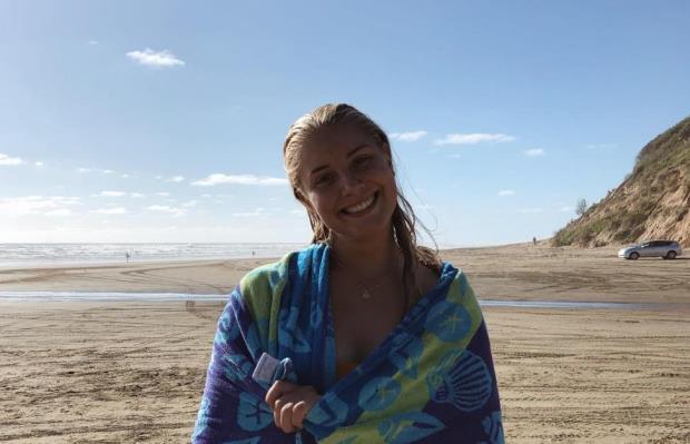 Astrid er på stranden i Waihi Beach