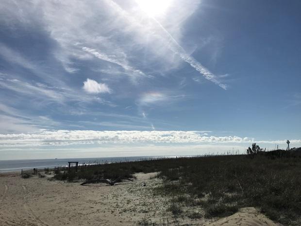En strand og blå himmel i Georgia, USA