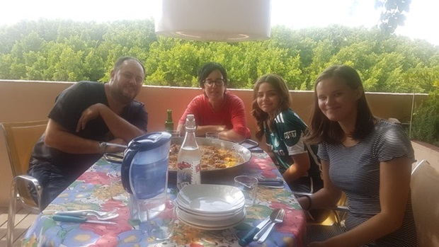 Ina med vertsfamilien i Spania