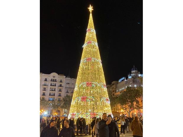 Stort juletre som er laget av lysdekorasjoner