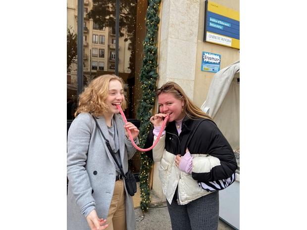 Utvekslingsstudenter som smiler og deler godteri