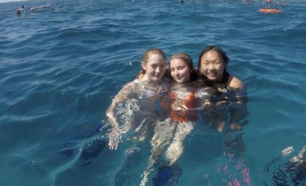 studenter svømmer i havet