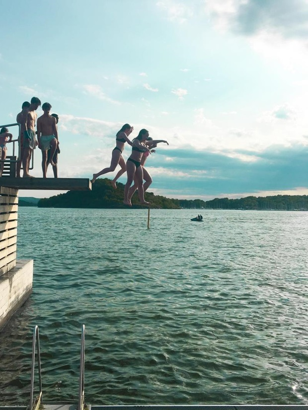 ungdommer hopper i vann i norge