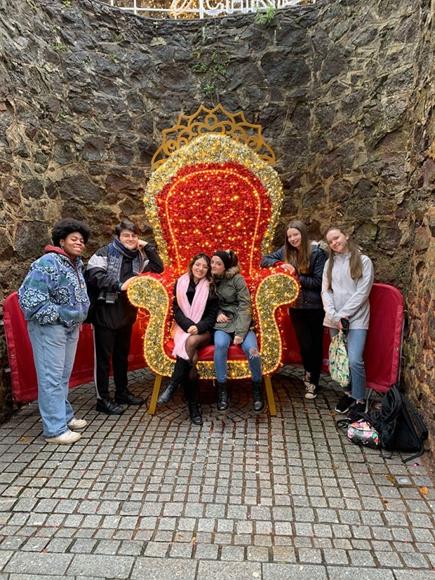 En gruppe utvekslingselever foran en stor trone