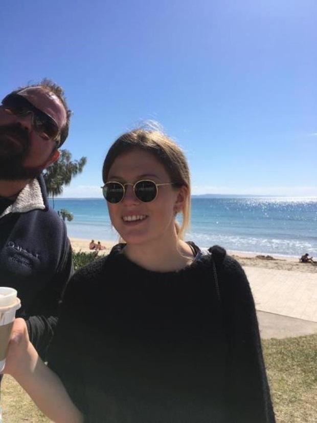 utvekslingsstudent og vertsfar på stranden