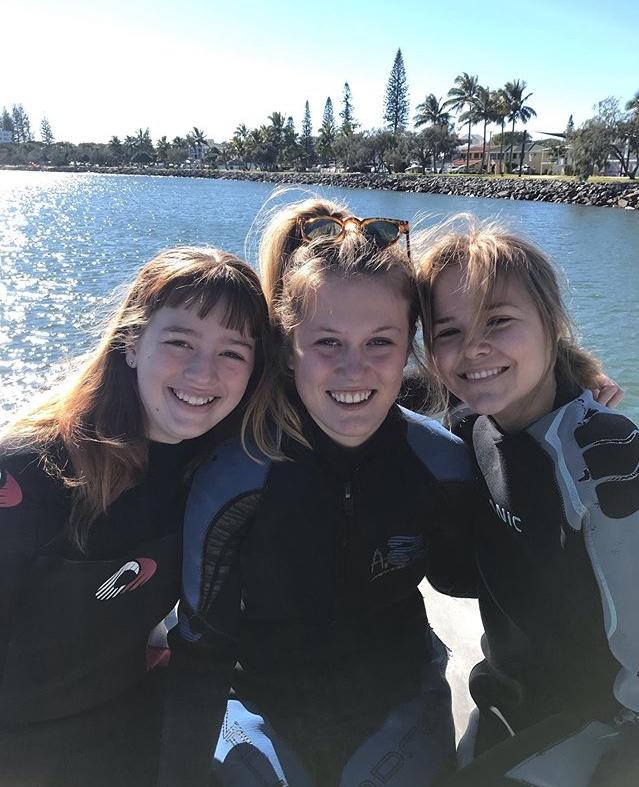 tre jenter ved havet