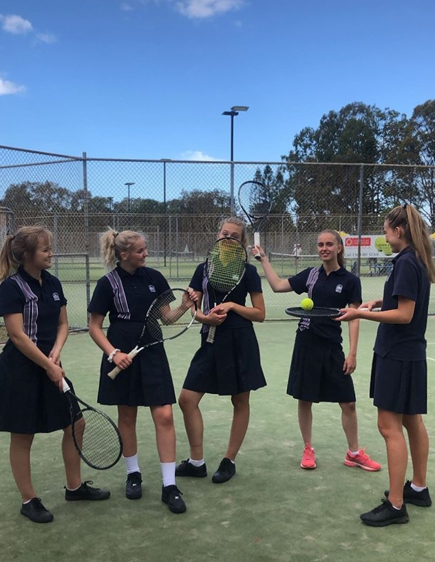 fem jenter spiller tennis