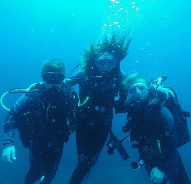 Tina dykker med vertsfamilien