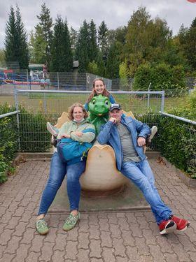 En tysk vertsfamilie poserer ved en dragestatue