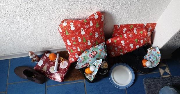 Julegaver og klementiner som ligger ute i en gang