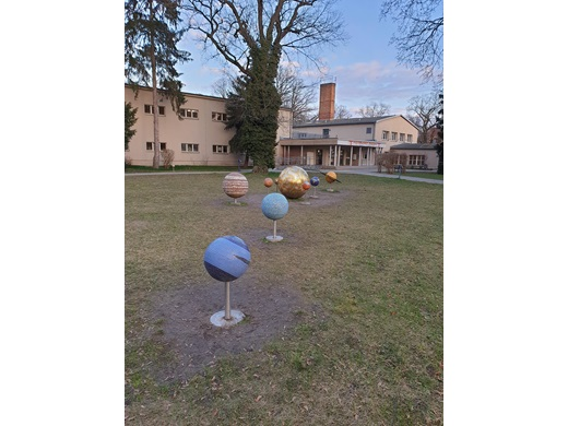 En skulptur av solsystemet i en park