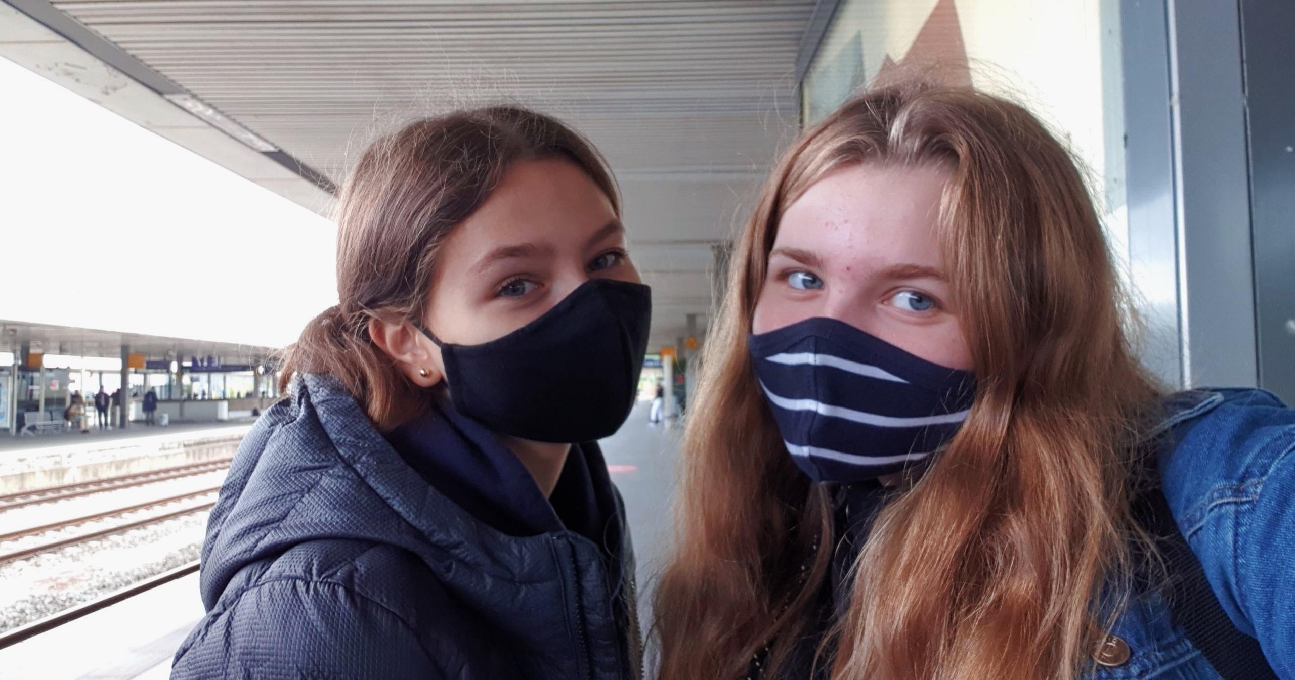 To utvekslingsstudenter i Tyskland med munnbind