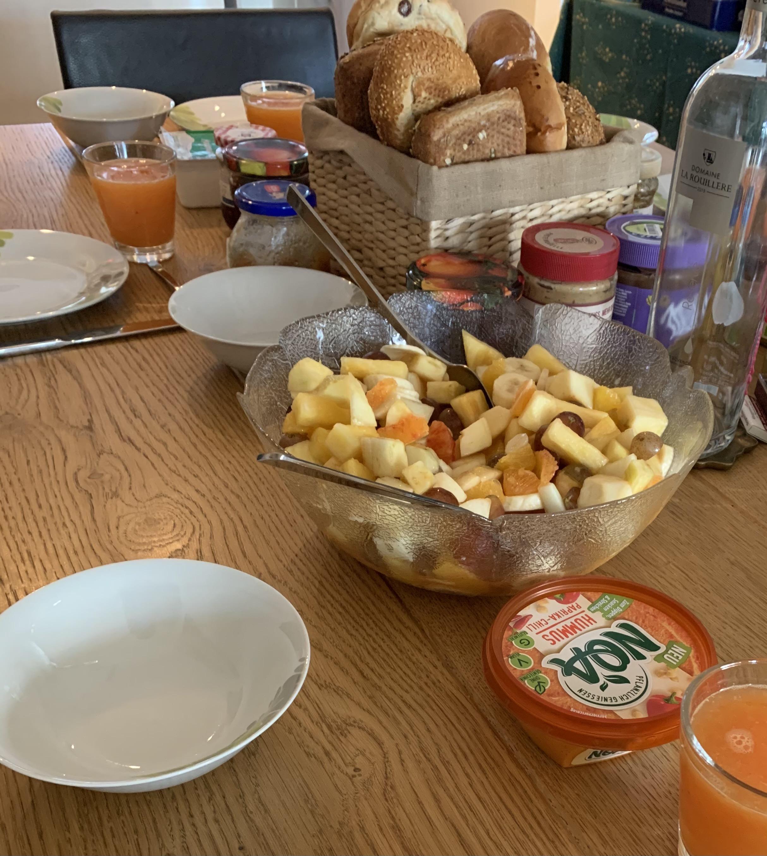 Tysk frokost: yoghurt, fruktsalat og rundstykker