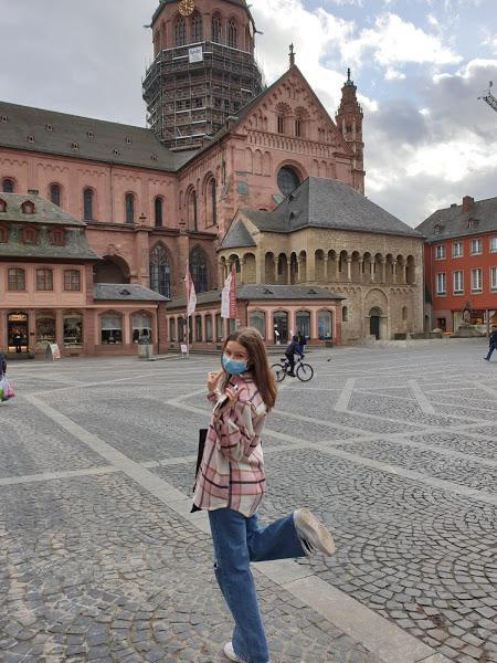Utvekslingsstudent poserer foran en bygning