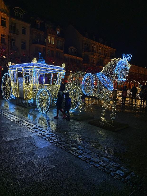 En hest med vogn laget av julebelysning i blått lys