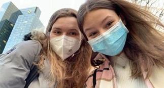 To jenter med masker tar en selfie