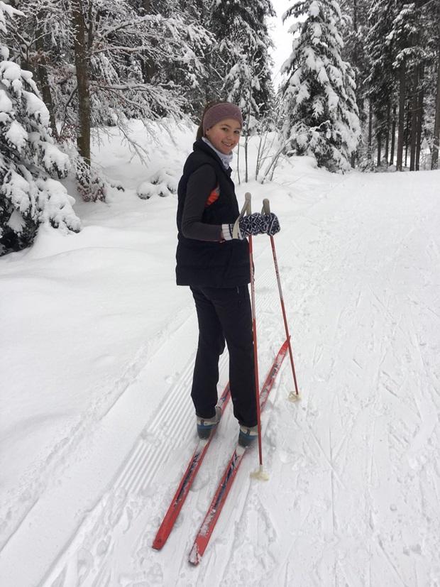 En utvekslingsstudent står på langrennski i Tyskland