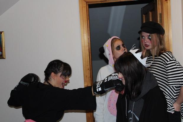 Fire utvekslingsstudenter i Halloween kostymer