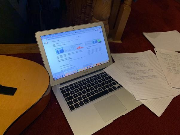 En PC og noen ark på et bord