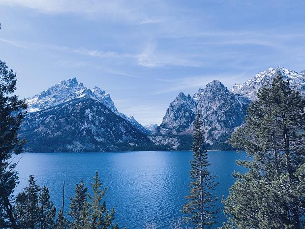 vacker sjö och berg