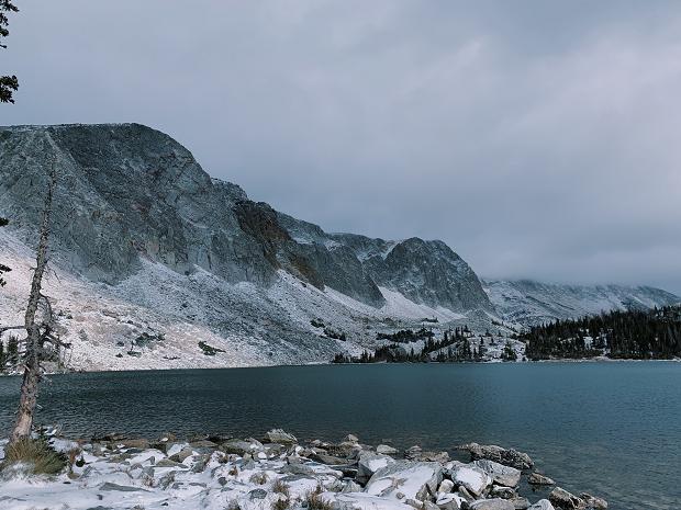 sjö vid berg