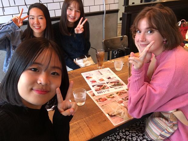 Kompisar på restaurang