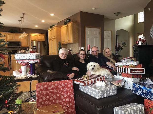 Familjefoto vid julklapparna