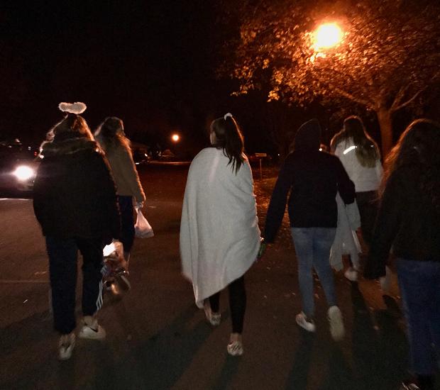 kompisar går på gatan