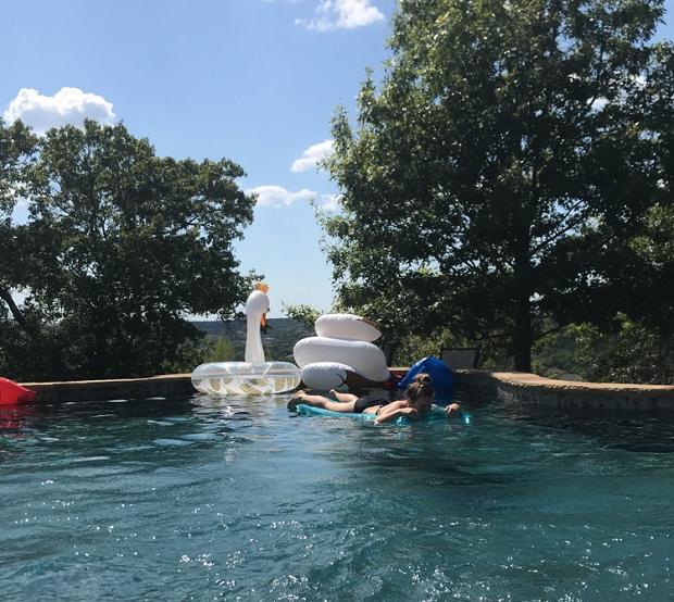 utbytesstudent simmar i poolen