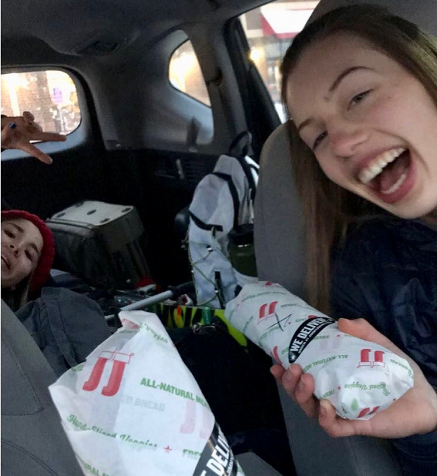 kompisar äter i bilen