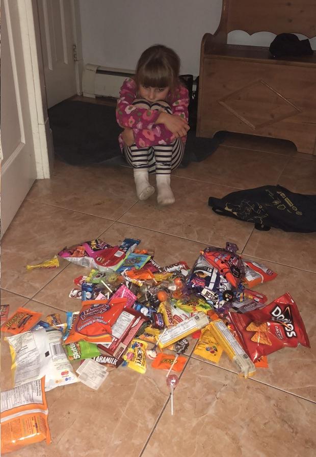 flicka med mycket godis