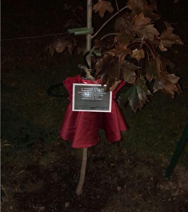 Klänning hänger i träd