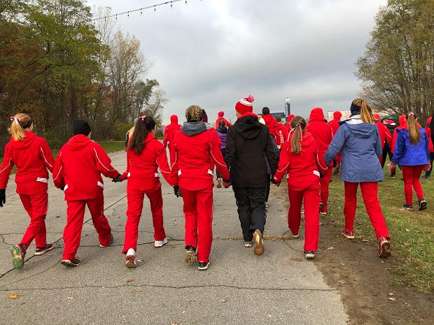 Elever i röda dräkter